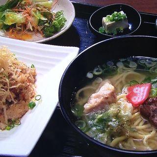 角煮入り焼き飯と沖縄ソバセット(あーぐうる )