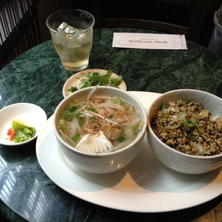 本日のフォーとミニ丼ランチ(ニャー・ヴェトナム)