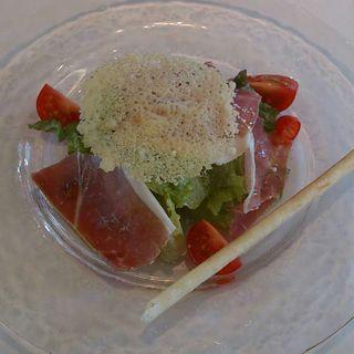 切りたてサンダニエーレの生ハムとフレッシュサラダ パルメザンチーズ風味(ア ピアチェーレ (A Piacere))