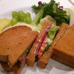 ライ麦パンのクラブハウスサンドウィッチ
