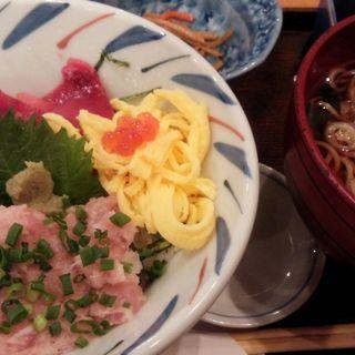まぐろネギトロ丼と蕎麦セット(週替り丼とそばセット)(おおーい北海道 別海町酒場 神田東口店 )