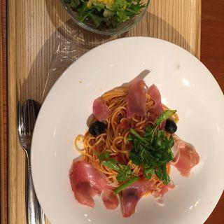 生ハムとブラックオリーブのトマトパスタ(カフェ パーク)