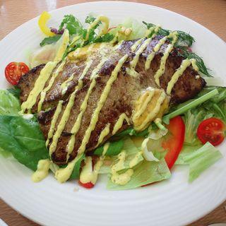 グリルビーフ農園風 ハーブサラダ添え タイムとミント風味のソース(ヤハラテナ )