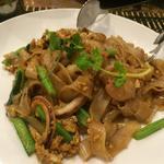 シーフードと野菜の黒醤油入り太麺焼きそば