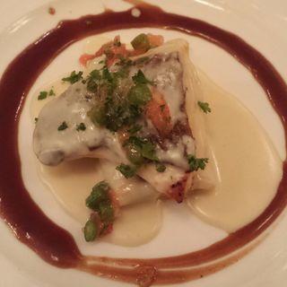真鯛のポワレ ヂュグレレ風 赤ワインソースのアクサンとホウレンソウのクレープ・サレ(Le Beurre Noisette TOKYO)