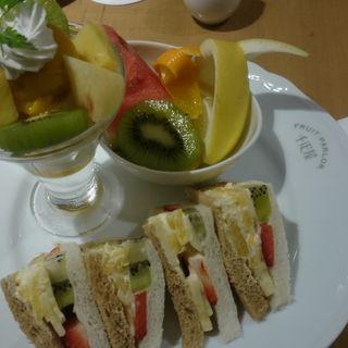 フルーツサンドとフルーツパフェのセット(京橋千疋屋 東京駅一番街店)
