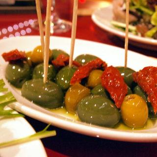 グリーンオリーブのマリネとドライトマト(グスタヴォ 神楽坂店 )