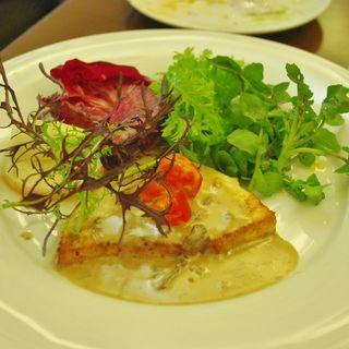 築地で買い付け鮮魚のポワレ イタリア産ポルチーニ茸の白ワインソース(ラファリーナ )