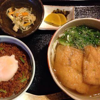 きつねうどんと日替ミニ丼のセット(紅葉庵 (もみじあん))