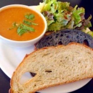 トマト&バジルのスープ(パン・サラダ付き)(アイランド・ヴィンテージ・コーヒー 青山店 )