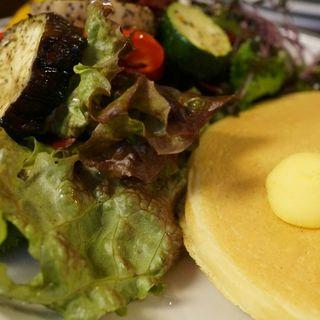 カントリースタイルサラダとパンケーキのセット(イリヤプラスカフェ (iriya plus cafe))