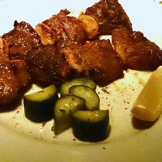 スモークしたイベリコ豚肩ロースとタンとにんにくの串焼き(はじめの一っぽ (Hajime no ippo))