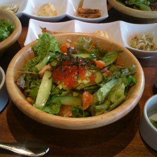 一汁六菜 炙りサーモンとイクラのアボカド丼(ジャンブーカ (Jambuka))