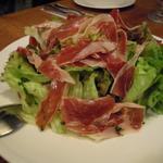 スペイン産のハモン・セラーノの入ったサラダ
