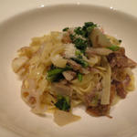幅広の平手打ちロングパスタ~じっくり煮込んだ鴨もも肉と冬根菜のソース カモミール風味