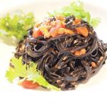 タリオリーニ ネロ(スルメイカのラグーといかわた ワサビ菜のサラダをのせて)