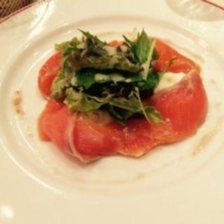 サーモンのマリネとモッツァレラ(パリのワイン食堂)