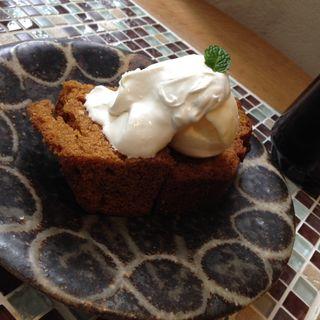 ニンジンとシナモンのケーキ バニラアイス添え(vegecafe+α (ベジカフェプラスアルファー))
