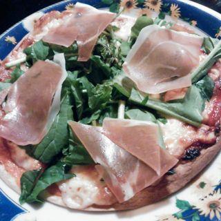 生ハムとルッコラの薄焼きピザ