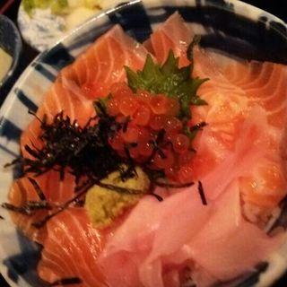 サーモン親子丼定食(うみブタ )