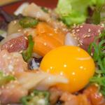七種の海鮮ユッケ丼