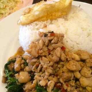 鶏肉のバジル炒めご飯 カリカリ目玉焼きのせ(バナナ食堂 )