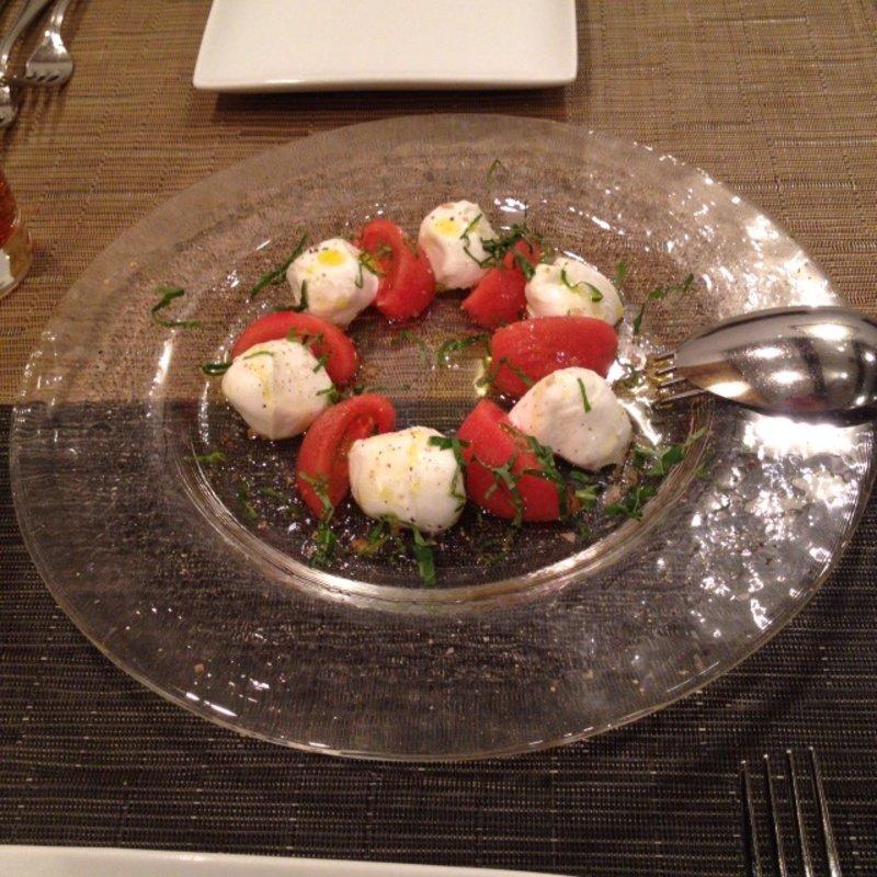 ブッラータとフルーツトマト、バジルのサラダ