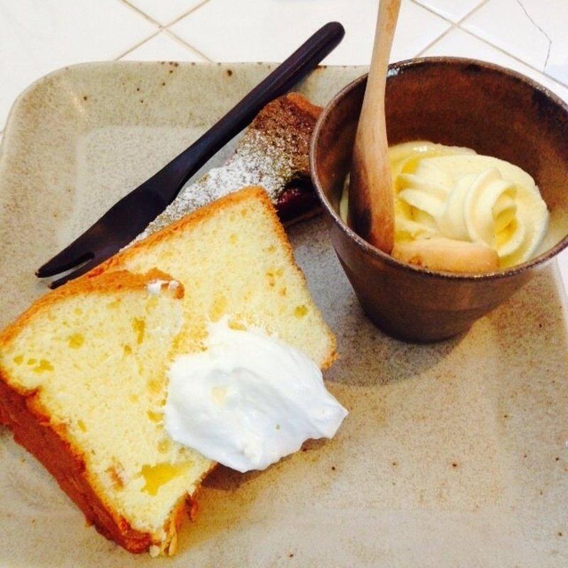デザートプレート オレンジのシフォンケーキ、苺と抹茶タルト、ソフトクリーム