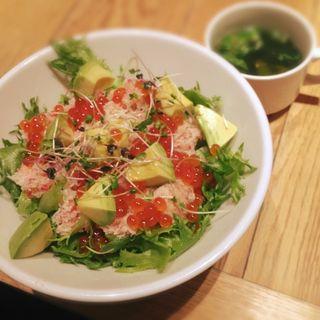 ズワイガニ、いくらサラダ丼(シェフズ ブイ 丸ビル店 (chef's V))