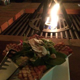 グリルした厚切りベーコンとほうれん草とマッシュルームのサラダ(BRUNCH KITCHEN KAMAKURA)