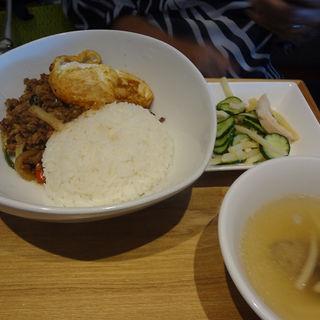 豚ひき肉のバジル炒めご飯(マンゴーツリーカフェ ルミネ新宿)