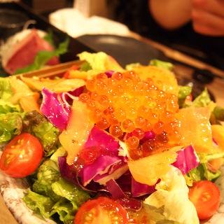 サーモンといくらのサラダ(俺の魚を食ってみろ!! 神田分店 )