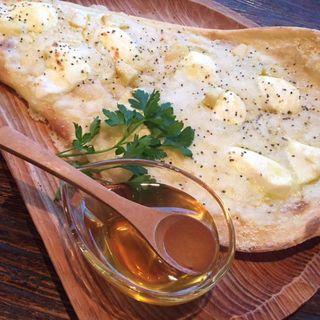 4種のチーズハニーナンピザ(スナンカフェ (Sunan Cafe))