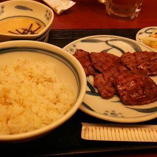 麦ごはんとラム肉(焼肉酒場 すみびや )