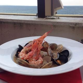 赤座エビと鮮魚のラグー、ムール貝のトマトソースリングイネ(アルマフィ ディラセーラ)