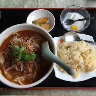 タンタン刀削麺+半チャーハン+漬け物(郷味屋 刀削麺 )