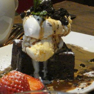 生クリームとバニラアイスを重ねたチョコケーキ(スズカフェ)