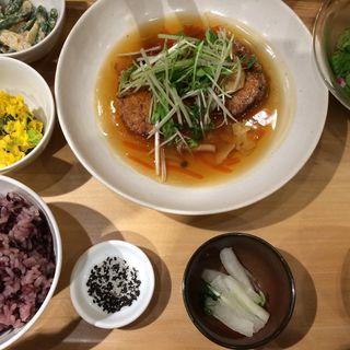 五穀ひじきと豆腐のハンバーグ野菜あん(おぼんdeごはん 新宿ミロード店 )