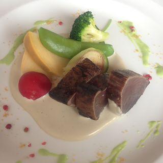 戻りカツオのタタキと春野菜のバーニャフレスカソース 旬のグリーンピースピュレとご一緒に(アマルフィイ デラセーラ)