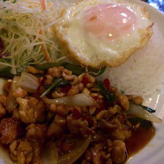 パッガパオガイ(鶏肉のバジル炒め)(プロォーイ タイ )