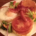 野菜とベーコンと卵のヘルシーパンケーキ