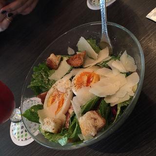 半熟卵のシーザーサラダ(MICROCOSMOS)
