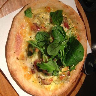 粗挽きソーセージとアボガドのピザ (ダイニングルーム・ハモン (dining room hamon))