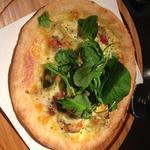 粗挽きソーセージとアボガドのピザ