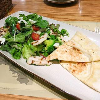モッツァレラチーズとグリルチキン・季節野菜のミックスサラダ
