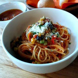 彩り野菜のトマトソースパスタ(ランチ)(うみやまはたけ (UMI YAMA HATAKE))