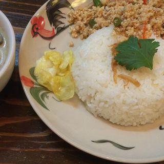 日替わりランチメニュー(グリーンカレー 鳥ひき肉炒めご飯)(シャム )