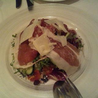パルマ産プロシュットとパルミジャーノ、旬野菜とクルミ、レーズンのメディチ家風サラダ(ジリオ (Giglio))