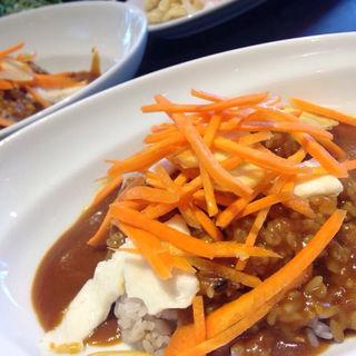 野菜とカレーを食べるランチ(ソッシュ・ザ・マーケットバール (SOSH THE MARKET BAR))