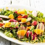 彩り華やかな根菜と鴨のサラダ オレンジソース
